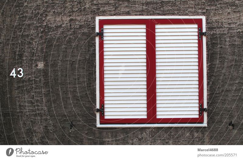 Dichte Schotten weiß rot Fenster grau Fassade geschlossen trist Ziffern & Zahlen Rahmen eckig Fensterladen Lamelle Hausnummer