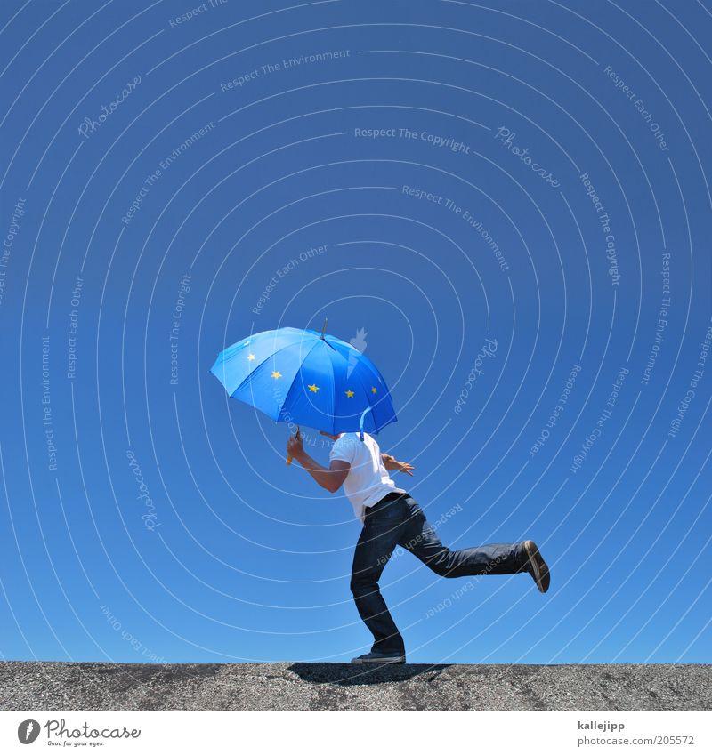 europäischer balanceakt Mensch Mann Erwachsene Bewegung Zufriedenheit Fahne maskulin Erfolg Sicherheit Europa T-Shirt Jeanshose Regenschirm Schönes Wetter Sonnenschirm Gleichgewicht