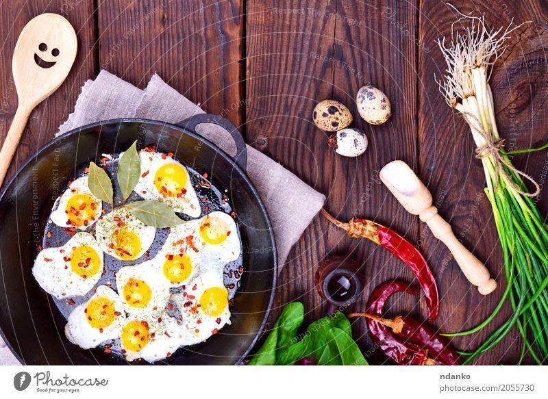 Gebratene Wachteleier Kräuter & Gewürze Frühstück Mittagessen Abendessen Pfanne Löffel Küche Restaurant Essen frisch natürlich oben mehrfarbig Tradition Zwiebel