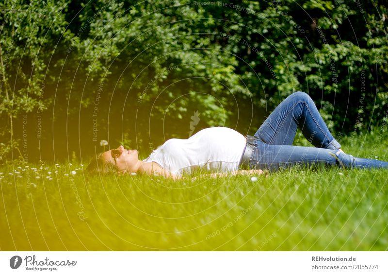 Auf der grünen Wiese ... Lifestyle Freude Glück Mensch feminin Junge Frau Jugendliche Erwachsene Mutter Familie & Verwandtschaft 1 18-30 Jahre Umwelt Natur