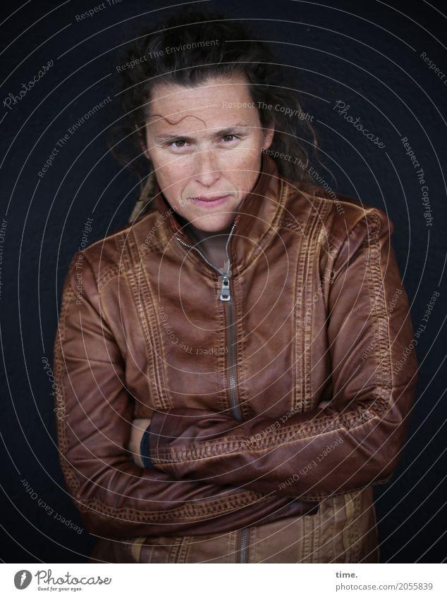 AST 10 | Sista feminin Frau Erwachsene Mensch Mauer Wand Jacke Leder Lederjacke brünett langhaarig beobachten Denken festhalten Blick warten dunkel schön