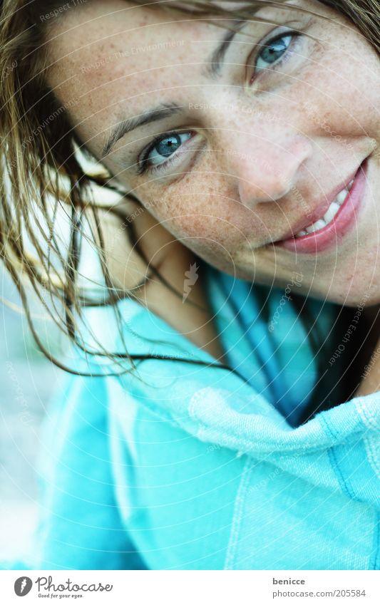 smiley Frau Mensch Jugendliche lachen Lächeln Freude Porträt attraktiv Blick in die Kamera Zähne selbstbewußt Haare & Frisuren Handtuch Sommersprossen