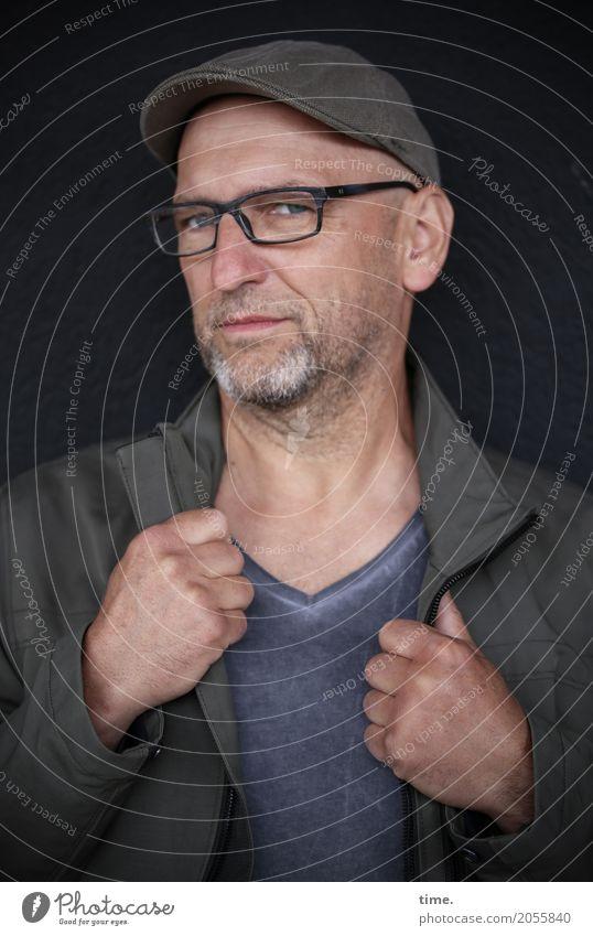 AST 10 | straight maskulin Mann Erwachsene Mensch T-Shirt Jacke Brille Mütze Glatze Bart beobachten festhalten Blick ästhetisch dunkel rebellisch selbstbewußt