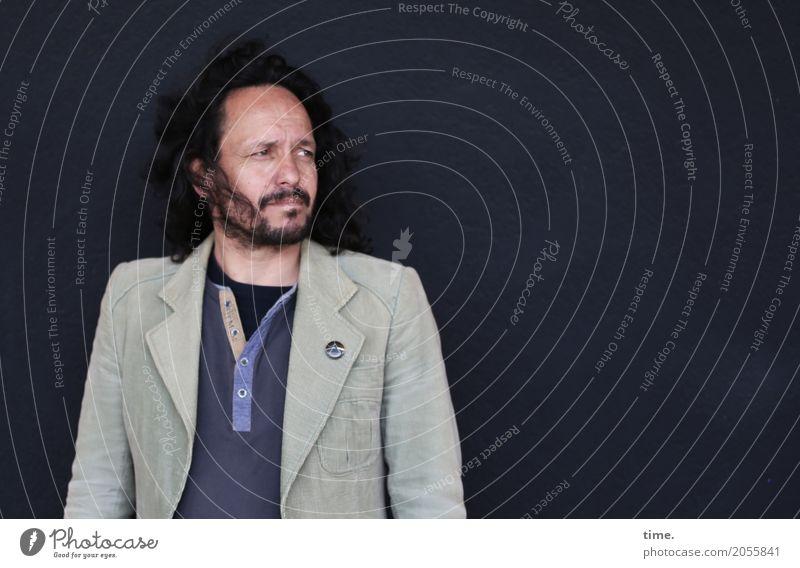 AST 10 | In der Tiefe des Raumes maskulin Mann Erwachsene Mensch Mauer Wand Hemd Jacke Etikett schwarzhaarig langhaarig Vollbart beobachten Denken Blick warten
