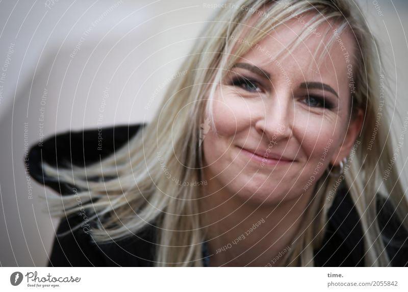 AST 10 | feelin' good (II) feminin Frau Erwachsene Mensch Jacke Ohrringe blond langhaarig beobachten Lächeln Blick Freundlichkeit frisch schön Zufriedenheit
