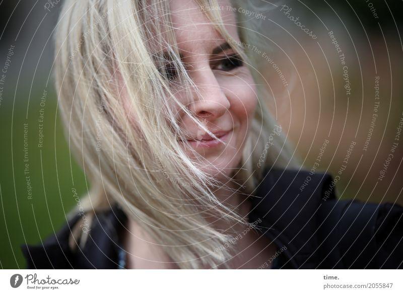 AST 10 | feelin' good Mensch Frau schön Erwachsene Leben feminin Glück Zufriedenheit blond Kommunizieren authentisch Wind Lächeln Fröhlichkeit Lebensfreude