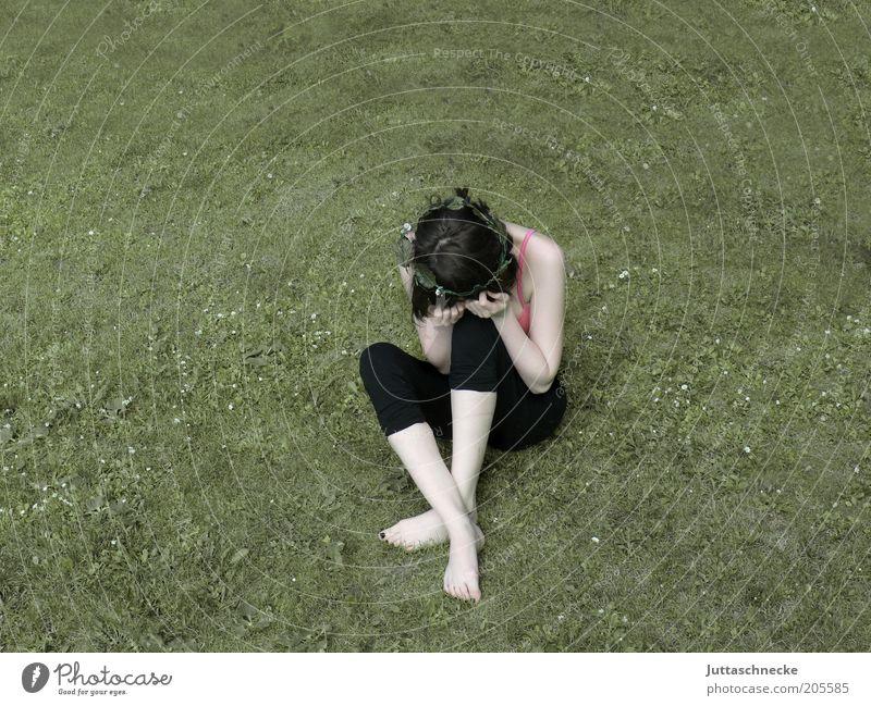 Bonjour Tristesse feminin Junge Frau Jugendliche 18-30 Jahre Erwachsene Garten Wiese brünett sitzen Traurigkeit trist trösten Sorge Trauer Liebeskummer Schmerz
