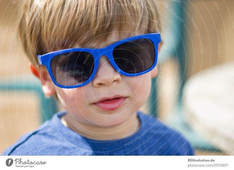 Sommerportrait Lifestyle Stil Freude Glück Mensch maskulin Kind Kleinkind Junge Kindheit Gesicht 1 1-3 Jahre Sonnenlicht Sonnenbrille authentisch blond Coolness