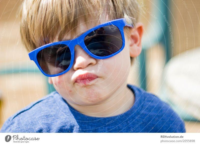 sommer 2017 - sonnenbrille Mensch Kind blau Freude Gesicht lustig Junge Kindheit authentisch verrückt Kleinkind Sonnenbrille Humor Grimasse Unsinn 1-3 Jahre
