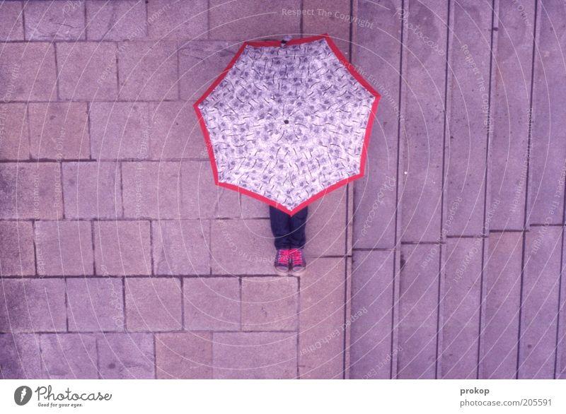 Himmel rosa. Regen wartet. Mensch Regenschirm Schuhe Turnschuh sitzen verstecken anonym Perspektive Farbfoto Außenaufnahme Tag Vogelperspektive Totale