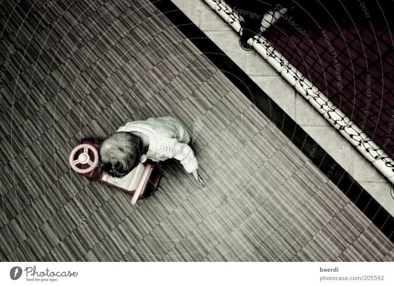 pAnnenstreifen Mensch Kind Einsamkeit Spielen Stimmung braun Bodenbelag Spielzeug Kindheit Kleinkind Kindergarten Spielplatz Kinderspiel Bobbycar Spielzeugauto