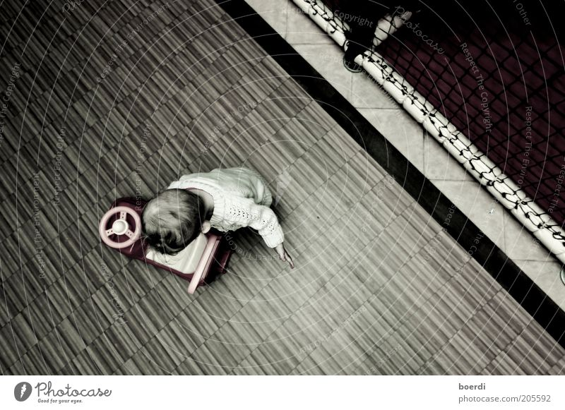 pAnnenstreifen Spielen Kindergarten Mensch Kleinkind Kindheit 1-3 Jahre braun Stimmung Spielzeugauto Spielplatz Gedeckte Farben Innenaufnahme