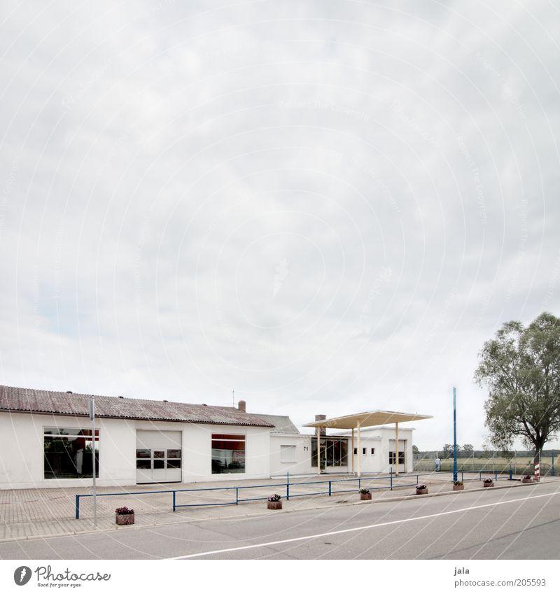 autowerkstatt Industrie Dienstleistungsgewerbe Handwerk Unternehmen Himmel Baum Platz Bauwerk Gebäude Architektur Straße Werkstatt Farbfoto Außenaufnahme