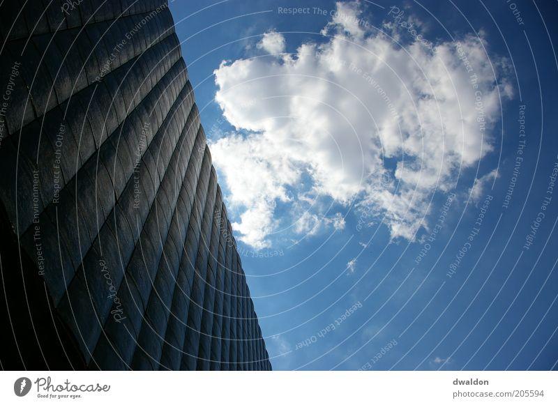 Stone & Sky Himmel blau weiß Wolken Architektur Gebäude Fassade modern Hochhaus Bauwerk himmelblau Prag Tschechien