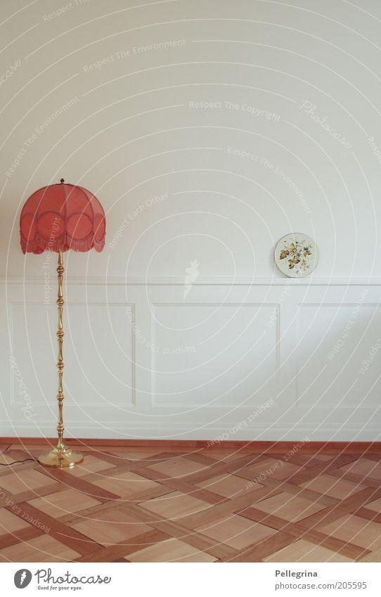 eine Insel mit zwei Bergen Wohnung Möbel Lampe Raum Wohnzimmer Farbfoto Innenaufnahme Menschenleer rot Holzfußboden Laminat alt Dekoration & Verzierung