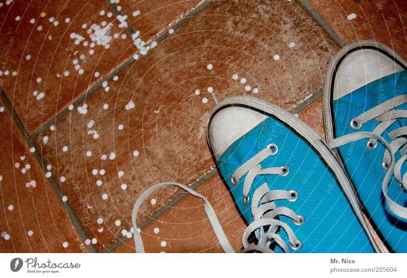 Nach der Party... blau Schuhe braun Feste & Feiern Bekleidung Papier modern retro paarweise Fliesen u. Kacheln Chucks Turnschuh entkleiden kultig Konfetti Schuhbänder