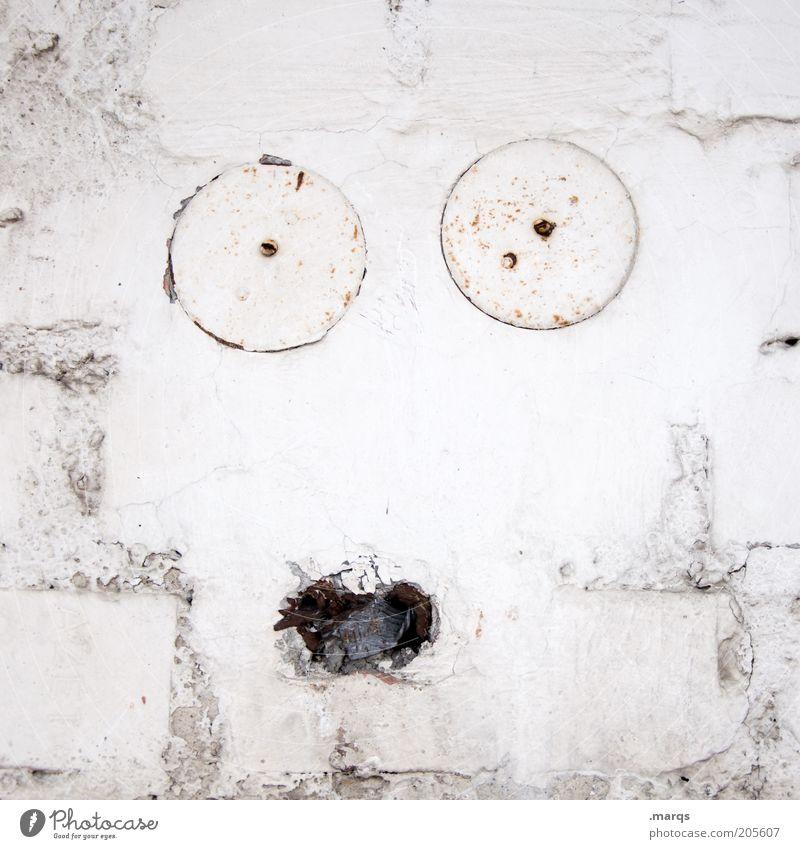 Surprise Gesicht Mauer Wand Backstein alt außergewöhnlich kaputt lustig Neugier weiß Gefühle Euphorie Überraschung Angst Farbe einzigartig Kreativität skurril