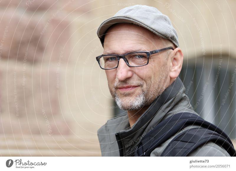 AST 10 | man 50+ Städtereise maskulin Mann Erwachsene Leben Mensch 45-60 Jahre Hut Mütze Schirmmütze grauhaarig Bart Dreitagebart beobachten Lächeln Blick