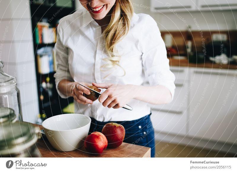 Nachhaltigkeit_05 Lifestyle feminin Junge Frau Jugendliche Erwachsene 1 Mensch 18-30 Jahre 30-45 Jahre Häusliches Leben Ernährung Keramik Schalen & Schüsseln