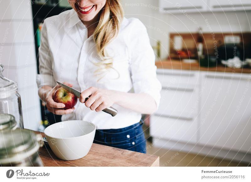 Zero Waste Lifestyle (09) Mensch Frau Jugendliche Junge Frau Gesunde Ernährung 18-30 Jahre Erwachsene Gesundheit feminin Frucht blond Lebensfreude Küche Apfel