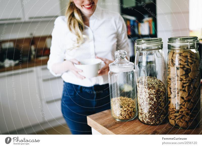 Nachhaltigkeit_06 Mensch Frau Jugendliche Junge Frau weiß 18-30 Jahre Erwachsene Lifestyle Gesundheit feminin Häusliches Leben Ernährung Lächeln Fitness Küche