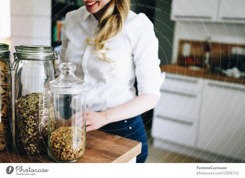 Zero Waste Lifestyle (07) Mensch Frau Jugendliche Junge Frau Gesunde Ernährung 18-30 Jahre Erwachsene Gesundheit feminin blond Glas Lächeln Küche Jeansstoff