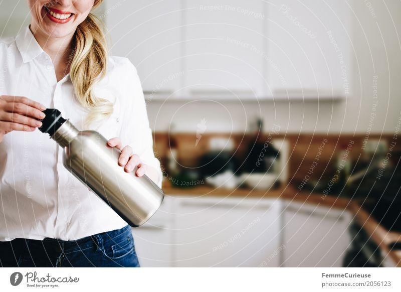 Nachhaltigkeit_01 Mensch Frau Jugendliche Junge Frau 18-30 Jahre Erwachsene Lifestyle feminin Häusliches Leben blond Lächeln Küche Umweltschutz nachhaltig