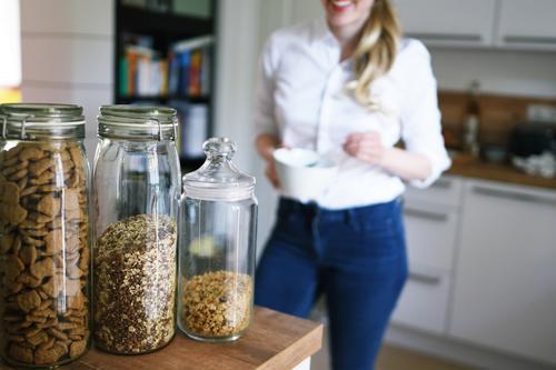 Nachhaltigkeit_02 Lifestyle feminin Junge Frau Jugendliche Erwachsene 1 Mensch 18-30 Jahre 30-45 Jahre Häusliches Leben Ernährung Glas Glasbehälter Schließfach
