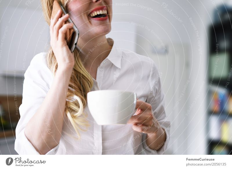 Zero Waste Lifestyle (08) Mensch Frau Jugendliche Junge Frau Freude 18-30 Jahre Erwachsene feminin lachen blond Kommunizieren Telekommunikation genießen Küche
