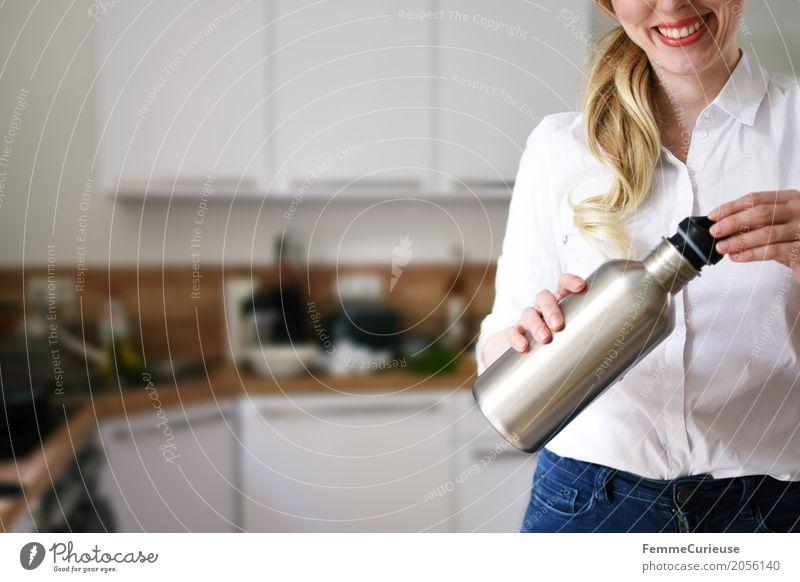 Zero Waste Lifestyle (02) Mensch Frau Natur Jugendliche Junge Frau 18-30 Jahre Erwachsene Gesundheit feminin frei blond Lächeln Trinkwasser Küche Statue