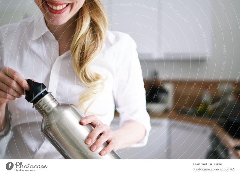 Zero Waste Lifestyle (12) Mensch Frau Jugendliche Junge Frau 18-30 Jahre Erwachsene Gesundheit feminin blond Lächeln Trinkwasser Küche trinken Flüssigkeit