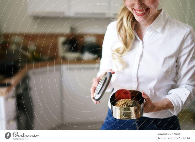 Zero Waste Lifestyle (05) Mensch Frau Jugendliche Junge Frau Freude 18-30 Jahre Erwachsene Gesundheit feminin Ernährung blond Küche Frühstück Umweltschutz