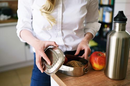 Zero Waste Lifestyle (01) Mensch Frau Jugendliche Junge Frau weiß 18-30 Jahre Erwachsene Gesundheit feminin frei Ernährung blond Trinkwasser kaufen Küche