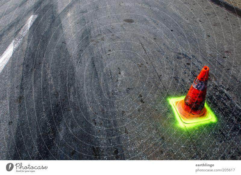 Allein in der Boxengasse schwarz gelb Straße Linie orange Sicherheit Asphalt Streifen Zeichen Rennsport Hinweisschild Kontrolle Rennbahn Warnhinweis