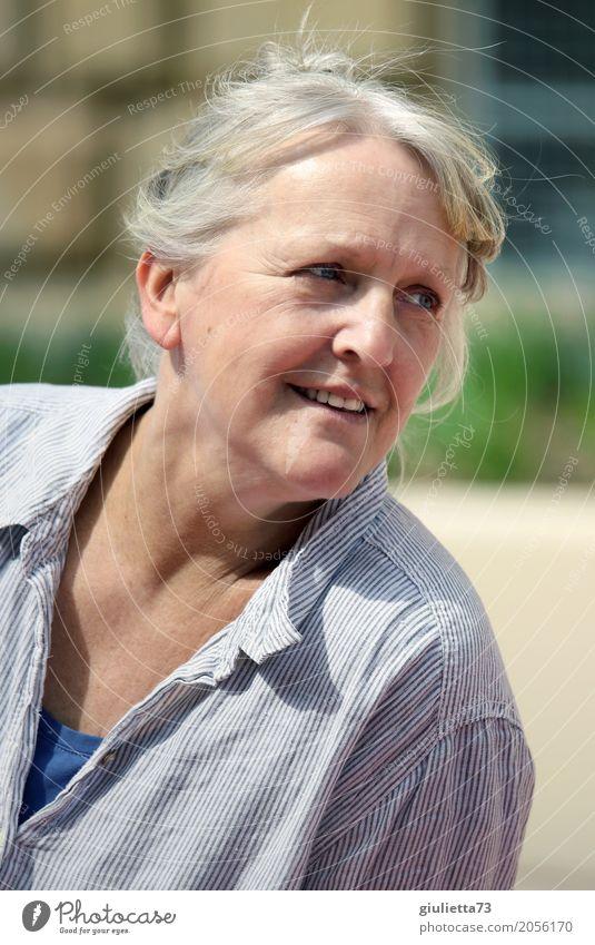 AST 10 | Ein kurzer Blick zurück... feminin Frau Erwachsene Weiblicher Senior Mensch 60 und älter grauhaarig weißhaarig beobachten Erholung Lächeln authentisch
