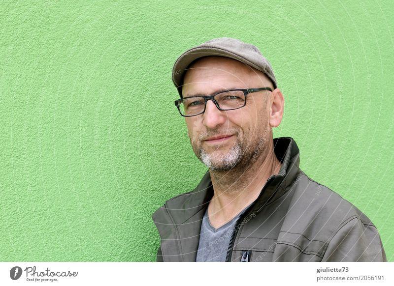 AST 10 | Grün ist die Hoffnung maskulin Mann Erwachsene Männlicher Senior Mensch 45-60 Jahre Brille Hut Mütze Schirmmütze grauhaarig Glatze Bart Dreitagebart