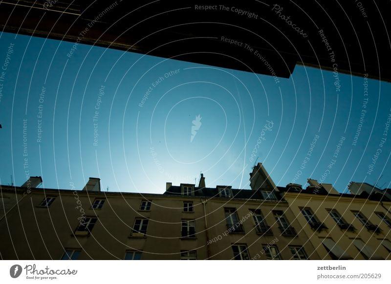 Der Himmel über Paris Himmel blau Ferien & Urlaub & Reisen Haus Architektur Fassade Paris Frankreich Schönes Wetter Wolkenloser Himmel Häuserzeile Kondensstreifen Europa Städtereise Jüdisches Viertel