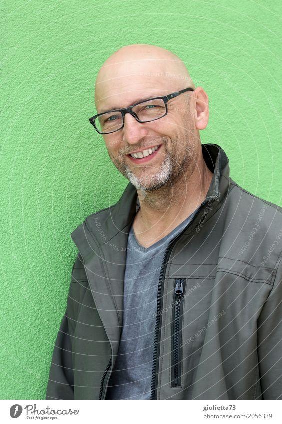 AST 10 | Oben ohne... ;) maskulin Mann Erwachsene Senior Leben Mensch 45-60 Jahre Jacke Glatze Bart Dreitagebart Vollbart Lächeln lachen authentisch