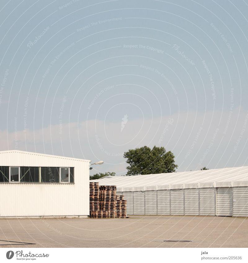 lagerhallen Fabrik Industrie Unternehmen Himmel Industrieanlage Platz Bauwerk Gebäude Architektur Paletten hell blau grau weiß Lager Lagerhalle Lagerhaus