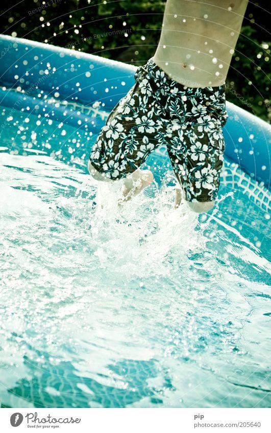 springing pool Mensch Jugendliche Wasser blau Sommer Freude Ferien & Urlaub & Reisen springen Spielen Bewegung Beine maskulin nass Schwimmbad