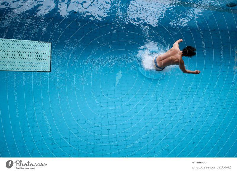 wasserläufer Mensch Jugendliche Wasser blau Freude Erwachsene kalt Sport Bewegung springen Kraft Freizeit & Hobby laufen Schwimmen & Baden maskulin stehen