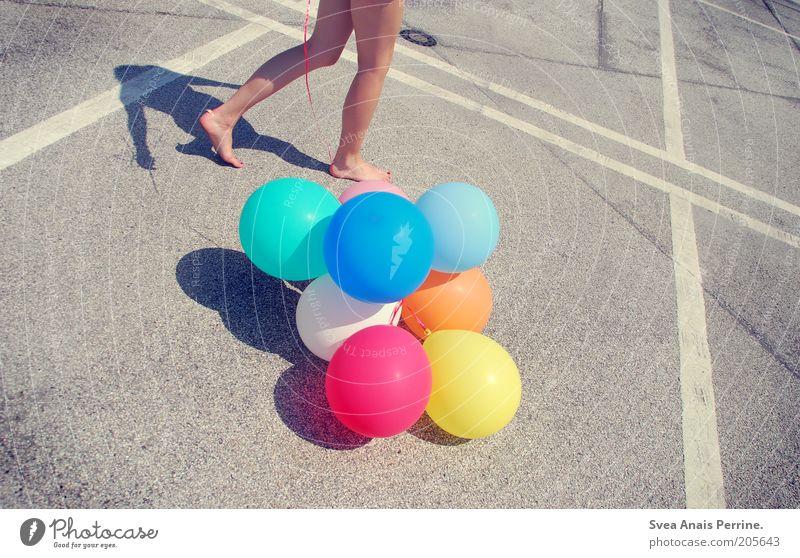walk. Mensch Jugendliche Freude Straße feminin Spielen Bewegung Stil Beine Fuß Linie gehen Freizeit & Hobby Haut laufen Beton