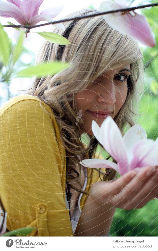 smells like summer Mensch Natur Jugendliche schön Pflanze Sommer Ferien & Urlaub & Reisen gelb Erholung feminin Blüte blond Erwachsene rosa