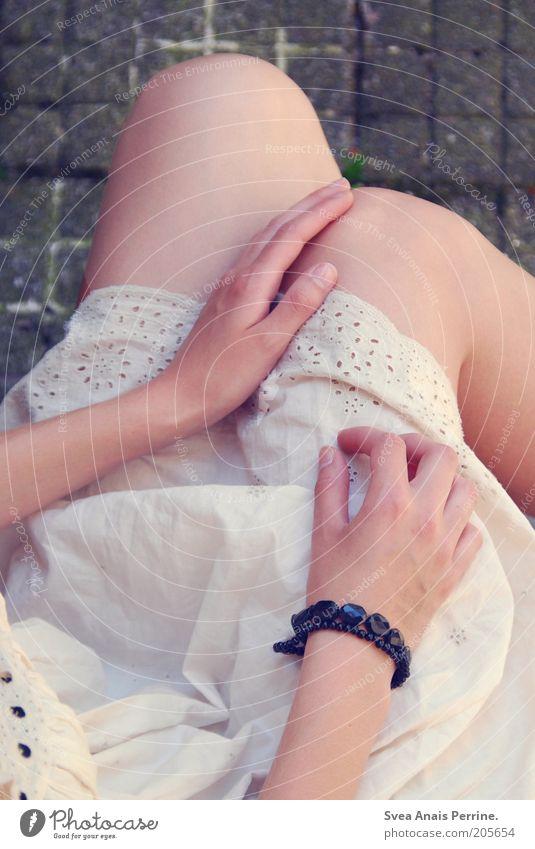zart. Jugendliche Hand weiß schön träumen Beine Mode elegant sitzen Haut natürlich Boden niedlich weich Kleid dünn