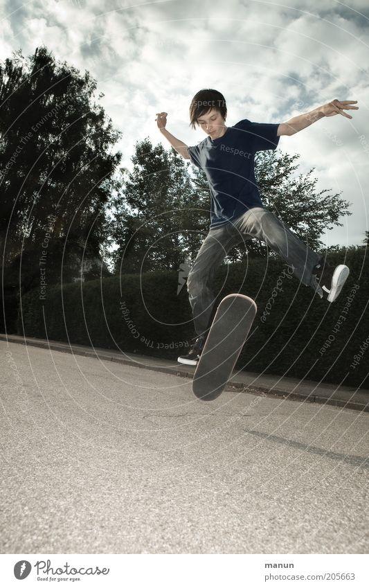 Sk8 Himmel Jugendliche Freude Ferien & Urlaub & Reisen Wolken Straße Leben Sport Junge springen Bewegung Kindheit Freizeit & Hobby Coolness Asphalt