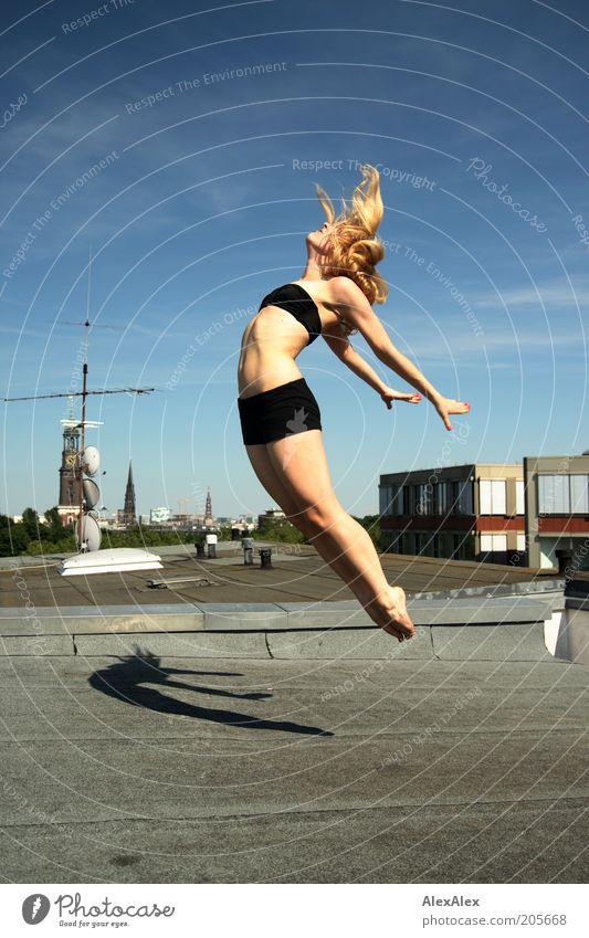 geht durch die luft Frau Himmel Jugendliche Hand Freude 18-30 Jahre Erwachsene Leben Bewegung Stil Beine Freiheit Haare & Frisuren fliegen springen Luft