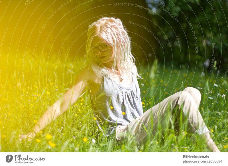 Jule | auf der Blumenwiese Mensch Natur Jugendliche Junge Frau Sommer grün Sonne Landschaft 18-30 Jahre Erwachsene gelb Umwelt Traurigkeit Wiese feminin