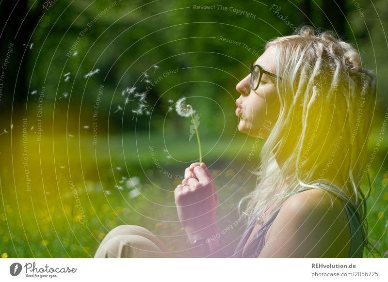 Jule | Pusteblume Mensch Frau Natur Jugendliche Sommer Junge Frau Landschaft Blume Freude 18-30 Jahre Gesicht Erwachsene Umwelt Blüte Wiese feminin