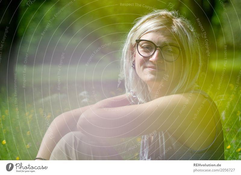 Jule | sommerportrait Student Mensch feminin Junge Frau Jugendliche Erwachsene Gesicht 1 18-30 Jahre Umwelt Natur Landschaft Baum Gras Park Wiese Brille