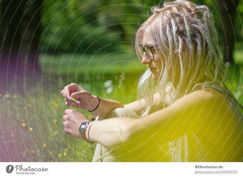Jule | verliebt Frau Mensch Natur Jugendliche Junge Frau Sommer grün Landschaft Sonne Blume 18-30 Jahre Erwachsene gelb Umwelt Blüte Wiese